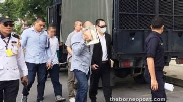 KE MAHKAMAH: Datuk Stephen Lee (dua kanan, berkot hitam), Lie (tiga kanan, menutup muka), Chin (empat kanan, di belakang) dan Mohamad Fitri (dua kiri) ketika dieskot masuk ke mahkamah.