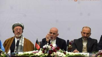 PERLU LEBIH TEGAS: Ghani (tengah) berucap semasa menghadiri persidangan keamanan antarabangsa di Istana Presiden di Kabul, semalam. — Gambar AFP