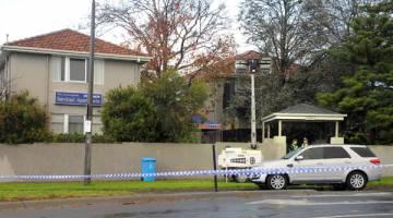DALAM SIASATAN: Pita sita polis dipasang di sekeliling tempat kejadian di Brighton, pinggir Melbourne semalam. — Gambar AFP