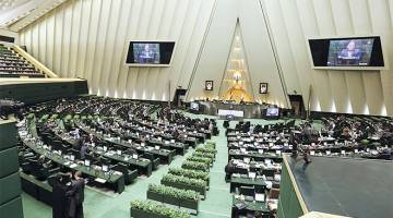 MENGEJUT: Gambar fail 1 Mac, 2016 menunjukkan Ahli Parlimen menghadiri sesi, manakala gambar fail 5 Februari 209 (kanan) menunjukkan makam Khomeini, juga di Tehran. — Gambar AFP