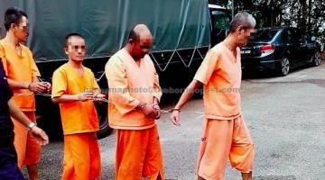 REMAN: Pemandu treler (dua kanan) yang terlibat dalam kemalangan yang meragut lapan nyawa di KM25 jalan Bahau-Keratong di Jempol direman selama empat hari bermula semalam. — Gambar Bernama