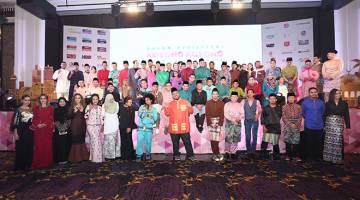 MERIAH: Antara selebriti yang hadir pada Majlis Tayangan Perdana Program Raya Astro 2017 di Kuala Lumpur baru-baru ini.