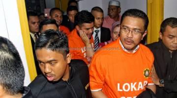 TERTUDUH: Abdul Latiff (depan tengah, baju oren) bersama anaknya Ahmad Fauzan (tengah, baju oren) dan Amir (belakang tengah, baju oren) dihadapkan ke Makhamah Sesyen semalam atas 21 tuduhan di bawah Akta Pencegahan Pengubahan Wang Haram, Pencegahan Pembiayaan Keganasan dan Hasil Daripada Aktiviti Haram melibatkan nilai RM35.78 juta di Johor Bahru. — Gambar Bernama