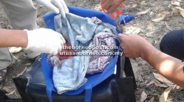 ANGKARA DURJANA: Keadaan bayi lelaki dalam bungkusan beg tidak berzip di tepi gerai yang menjual pulut cendol dan cucur udang di Jalan Salut, petang Isnin lalu.