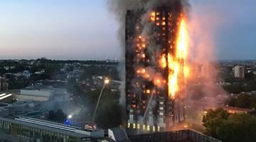 MENGERIKAN: Gambar serahan penduduk tempatan Natalie Oxford awal semalam menunjukkan kebakaran marak memusnahkan blok flat 27 tingkat di barat London di mana usaha memadamkannya hanya mampu mencapai separuh daripada ketinggian bangunan itu. — Gambar AFP