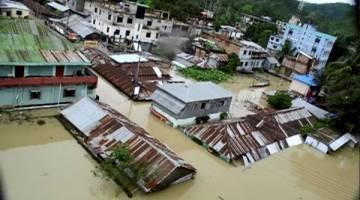 TENGGELAM: Keadaan banjir susulan hujan lebat di Khagrachari dalam gambar rakaman video kelmarin. — Gambar Reuters