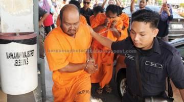 TERTUDUH: Pemandu treler, Norzailan Omar (kiri), yang terlibat dalam kemalangan ngeri di Km25 Jalan Bahau-Keratong Ahad lepas di Jempol semalam dihadapkan ke Mahkamah Majistret atas pertuduhan memandu secara berbahaya sehingga mengakibatkan lapan maut. — Gambar Bernama
