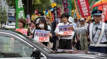 BANTAH: Penunjuk perasaan berhimpun untuk membantah keputusan kerajaan meluluskan rang undang-undang antikeganasan             kontroversi berhampiran Parlimen di Tokyo kelmarin. — Gambar AFP