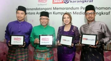 KERJASAMA STRATEGIK: Rohana (dua kanan) bersama Hussamuddin (dua kiri) selepas majlis menandatangai MoU antara Astro dan Karangkraf baru-baru ini. Turut kelihatan Timbalan Ketua Pegawai Eksekutif Kumpulan Media Karangkraf Syamil Fahim Mohd Fahim dan Naib Presiden Bahagian Perniagaan Melayu, Astro Dato' Khairul Anwar Salleh (kanan).