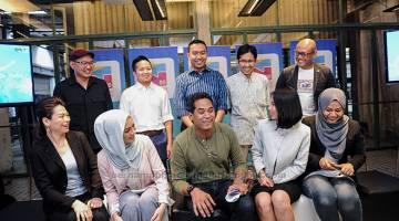 DUTA TN50: Menteri Belia dan Sukan Khairy Jamaluddin Abu Bakar beramah mesra bersama Duta Belia Transformasi 2050 (TN50) yang baru diperkenalkan selepas taklimat khas media baru-baru ini. Turut hadir Pensyarah Kanan di Fakulti Pengajian Islam Universiti Kebangsaan Malaysia (UKM) Datuk Dr. Izhar Ariff (belakang kiri). — Gambar Bernama