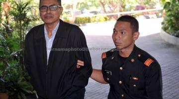 KE MUKA PENGADILAN: Mohd Adnan (kiri) dihadapkan ke Mahkamah Sesyen Shah Alam semalam atas tuduhan menggunakan hasil aktiviti haram menerusi cek bernilai RM100,000 bagi pembayaran deposit rumah dua tahun lalu. — Gambar Bernama