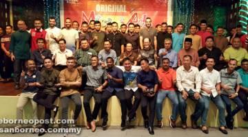 KENANGAN: (Barisan tengah, dari lima kiri) Posa dan Pengarah Urusan Kumpulan Syarikat LEA, Raymond Sim Hee Pang bergambar bersama barisan Exco FAS, jurulatih dan pemain skuad senior, Piala Presiden dan Piala Belia.