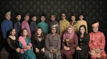 KELAINAN: Geng Rindok-rindok kumpulan artis Sarawak pertama yang membawakan lagu Raya versi bahasa Melayu Sarawak.