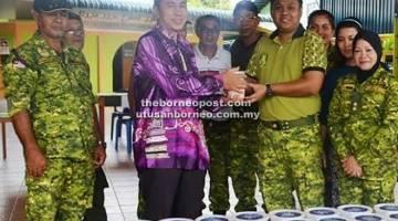 AGIH: Roza (kanan) menyampaikan bubur lambuk kepada Imam Kampung Narum, Awang Saferi.