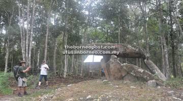 PERINGATAN: Sebuah meja batu purba atau Batuh Nangan didirikan oleh kaum Kelabit. Batuh Nangan biasanya diukir sebagai peringatan peristiwa masa lalu atau untuk menghormati orang yang telah mati dan kebanyakannya berfungsi sebagai makam megalitik. — Gambar © WWF-Malaysia
