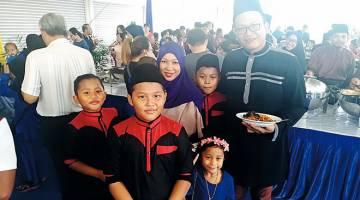 TERUJA: Nabil (depan) dan keluarganya bergambar kenangan bersama.