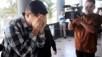 DIBICARAKAN: Mohammad Trevor (tengah) dihadapkan ke Mahkamah Sesyen Ayer Keroh, Melaka semalam atas tuduhan memperdaya Muzium Senibina Melaka menggunakan dokumen palsu berhubung invois berjumlah RM169,500, empat tahun lepas. — Gambar Bernama