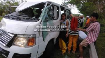 SELAMAT: Pemandu dan kesemua penumpang yang menaiki van kru Borneo Rumble Kidz dari Kota Kinabalu terselamat dalam kemalangan terbabit.
