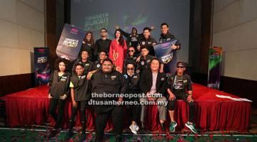 PROGRAM BAHARU: Raqim Ahmad dan Pengurus Saluran Astro Warna Norzeha Salleh bersama barisan atlet dan pelawak.