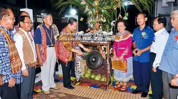 PENUTUP GAWAI: Wong memukul gong sebagai tanda perasmian majlis sambil diperhatikan tetamu lain.