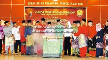 SELAMAT HARI RAYA: Perasmian Majlis Ramah-Tamah Aidil tri 2017 MUC oleh Dr Annuar (tengah).