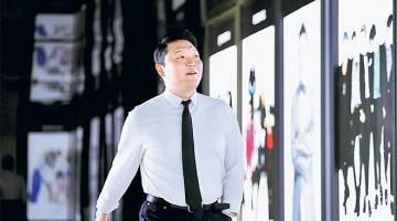 TURUN DARI SINGGAHSANA: Gambar fail bertarikh 19 Mei 2017 ini menunjukkan Psy ketika tiba untuk temubual bersama Reuters di Seoul. S����elepa�����s empa���t setengah tahun sebagai video paling kerap ditonton dalam YouTube, 'Gangnam Style' daripada Psy pada minggu lepas jatuh ke tempat kedua, dan digantikan dengan 'See You Again' oleh Wiz Khalifa dan Charlie Puth. � — Gambar Reuters