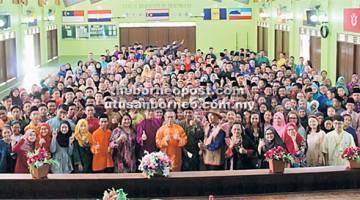 KHAS: Perhimpunan khas sempena Program Hari Pakaian Tradisional di SMK Batu Kawa.