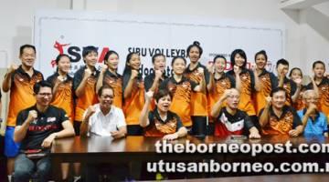 YAKIN CIPTA KEJUTAN: Marina (duduk, tiga kiri) bersama yang lain selepas mengadakan pertemuan dengan pasukan bola tampar wanita negara di Sibu, semalam.