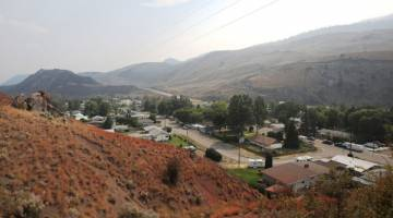 LENGANG: Agen perencat kebakaran berwarna perang menyelimuti bandar Cache Creek, British Columbia yang dikosongkan sejak 12 hari lalu. — Gambar Reuters