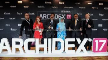 PAMERAN: Sr Ratna (tiga kanan) bergambar bersama Amer (tiga kiri) selepas perasmian Pameran Antarabangsa Ke-18 Seni Bina, Reka Bentuk Dalaman dan Bangunan 2017 (ARCHIDEX'17) di Pusat Konvensyen Kuala Lumpur (KLCC), semalam. — Gambar Bernama