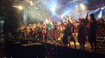MERIAH: Finale RWMF 2017 tetap meriah walaupun pengunjung terpaksa berhujan.
