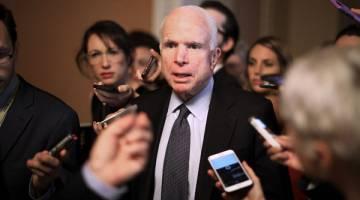 KANSER OTAK: Gambar fail menunjukkan McCain (tengah) ketika temu bual media selepas beliau menghadiri mesyuarat di Washington pada 13 Julai lalu. — Gambar AFP