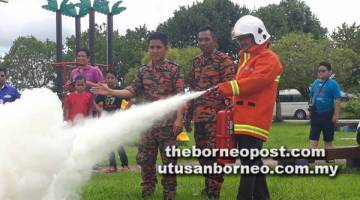 PENTING: Awla menunjukkan demonstrasi cara-cara mengendalikan gas pemadam api.