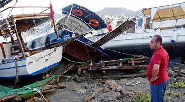 ROSAK: Bot-bot terdampar akibat tsunami selepas gempa bumi melanda Bodrum, Turki semalam. — Gambar AFP