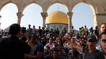 HIMPUN: Penduduk Palestin berhimpun di pekarangan dikenali sebagai Haram al-Sharif di kalangan penganut Islam dan 'Temple Mount' bagi Yahudi, selepas Israel menanggalkan semua alat kawalan keselamatan yang dipasangnya di Kota Lama Baitulmaqdis kelmarin.                     — Gambar Reuters