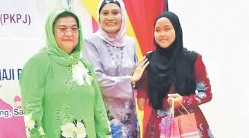 KENANGAN MANIS: Farhani (kanan) bergambar kenangan bersama Juma'ani (kiri) dan Presiden PPSEAWA, Datin Munirah Mohd Hassan.