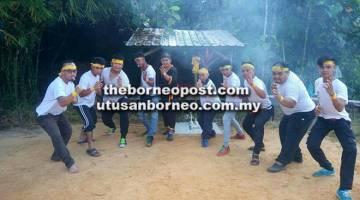 SEDIA: Barisan anak muda dari kalangan kaum Dayak khususnya Iban yang mempelajari seni 'kuntau' di Kelang Kuntau Lang Nginau.