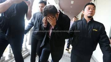KE MUKA PENGADILAN: Mohd Shukri diiringi anggota SPRM ke Mahkamah Sesyen semalam atas pertuduhan menerima rasuah berjumlah RM70,000 daripada sebuah syarikat, 20 April 2015. — Gambar Bernama