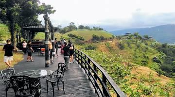 MEMUKAU: Pemandangan indah bandar Yilan dilihat dari gunung Dayuan di ladang Shangrila.