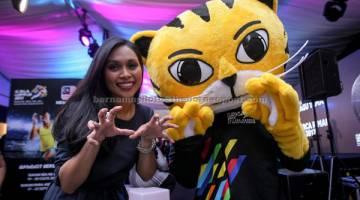 BANGGA: Dayang Nurfaizah bergambar bersama maskot RIMAU selepas pelancaran lagu 'Bangkit Bersama' di Pavillion, Bukit Bintang baru-baru ini.  — Gambar Bernama