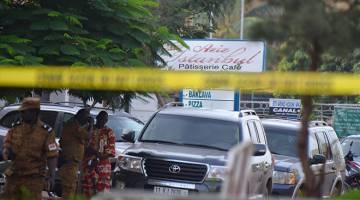 KACAU LAGI: Anggota polis Burkina Faso menjalankan siasatan di sekitar restoran Istanbul di Ouagadougou, semalam susulan serangan malam kelmarin. — Gambar AFP