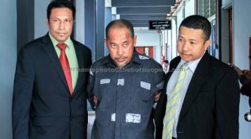 RASUAH: Nik Yaacob (tengah) mengaku tidak bersalah di Mahkamah Sesyen, Kota Bharu, semalam. — Gambar Bernama