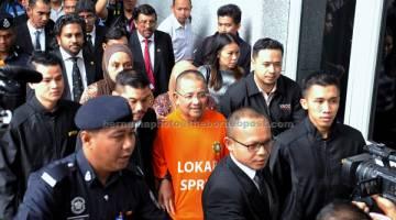 BANTU SIASATAN: Mohd Isa tiba di Mahkamah Majistret Putrajaya semalam untuk prosiding reman bagi membantu siasatan Suruhanjaya Pencegahan Rasuah Malaysia (SPRM) berkaitan beberapa kes di Putrajaya. — Gambar Bernama