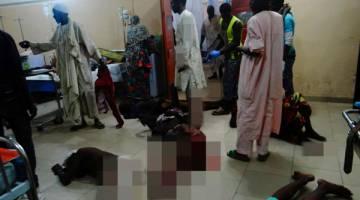 MALANG: Mangsa yang cedera dalam serangan nekad tersebut bergelimpangan di atas lantai menunggu rawatan perubatan setelah tiada lagi katil kosong di sebuah hospital di Maiduguri, kelmarin. — Gambar AFP