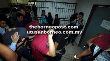 AKAN DIBICARA: Beberapa tertuduh tiba di lokap sementara di kompleks mahkamah untuk dihadapkan di Mahkamah Sesyen.