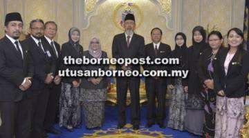 KUNJUNGAN HORMAT: Zaleha (lima kiri) dan ahli rombongannya mengambil peluang merakam kenangan bersama Tun Juhar (tengah).
