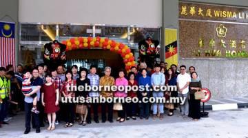 BELUM RASMI: Toh, Francis (tengah) dan ahli keluarga lain menghadiri majlis pembukaan tidak rasmi Hotel Li Hua baharu di Bintulu Sentral semalam.