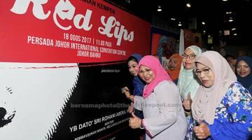 SIMBOLIK: Rohani menurunkan tandatangan bagi kempen 'Red Lips Don't Talk Nonsense' selepas melancarkan Kempen Menangani Keganasan Terhadap Wanita di Pusat Konvensyen Antarabangsa Persada Johor Bahru dekat Johor Bahru, semalam. Turut hadir Pengerusi Jawatankuasa Pembangunan Wanita, Keluarga dan Masyarakat negeri Asiah Md Ariff (kanan). — Gambar Bernama