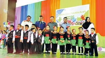 SIJIL PENGHARGAAN: Nasir menyampaikan sijil kepada wakil sekolah yang menyertai Aneka Ceria Prasekolah.