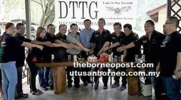 RASMI: Dr Teo (tengah), Philip (lima kanan) dan Willie (empat kanan)  bersama tetamu dan ahli jawatankuasa DTTG Miri memotong kek  sempena majlis pelancaran DTTG Miri di Gua Long House, baru-baru ini.